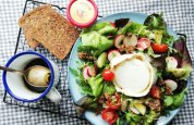 salade-met-haverkorn-brood-geitenkaas-en-dressing-van-appelstroop-1